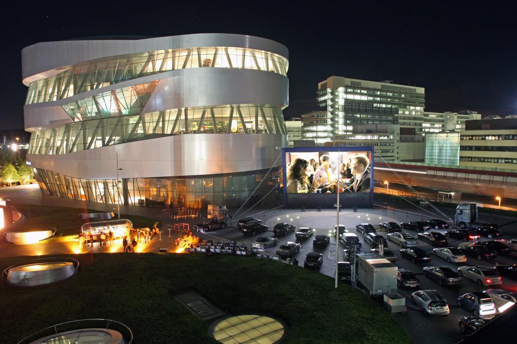 2011 und 2013 gab es auf dem Außengelände des Mercedes-Benz Museums ein temporäres Autokino. Der Clou: Die Gäste nahmen Platz in Klassikern mehrerer Epochen aus der unternehmenseigenen Fahrzeugsammlung. Foto von 2011.