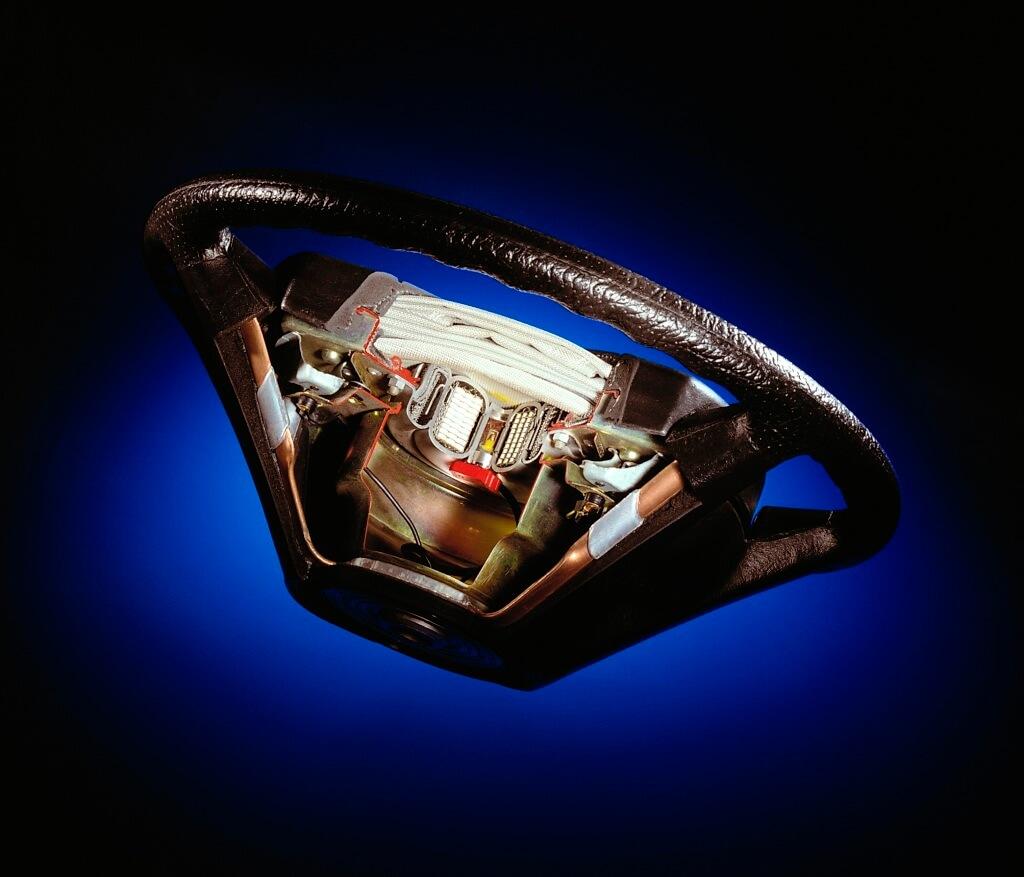 Schnittbild eines LenkradesLenkrads mit Airbag aus dem Jahr 1992. Über dem Treibsatz ist der zusammengelegte Airbag (weiß) zu erkennen.