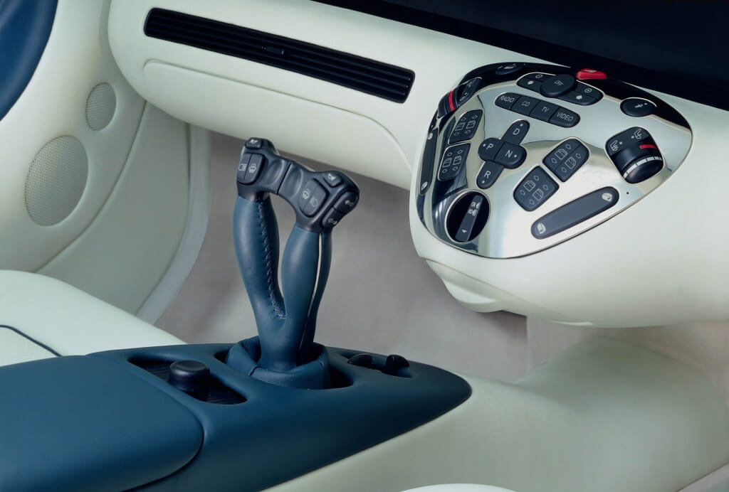Im Forschungsfahrzeug Mercedes-Benz F 200 Imagination wird 1996 die Fahrzeugsteuerung über Sidesticks erprobt.