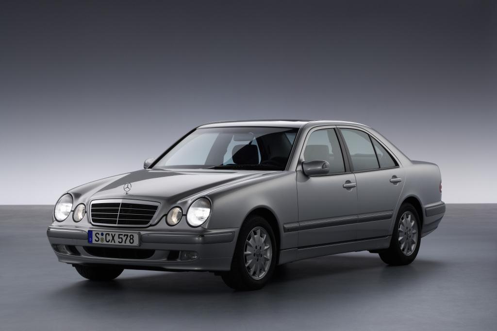 Mercedes-Benz E-Klasse der Baureihe 210 (1995 bis 2003) als Limousine. Im Bild die modellgepflegte Ausführung von 1999.
