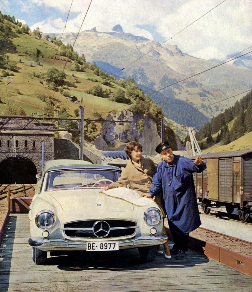 Routenplanung mit der Straßenkarte auf der Motorhaube des Mercedes-Benz 190 SL (W 121), der auf dem Wagen eines Autoreisezugs in Lötschberg (Schweiz) steht. Foto aus dem Jahr 1955.