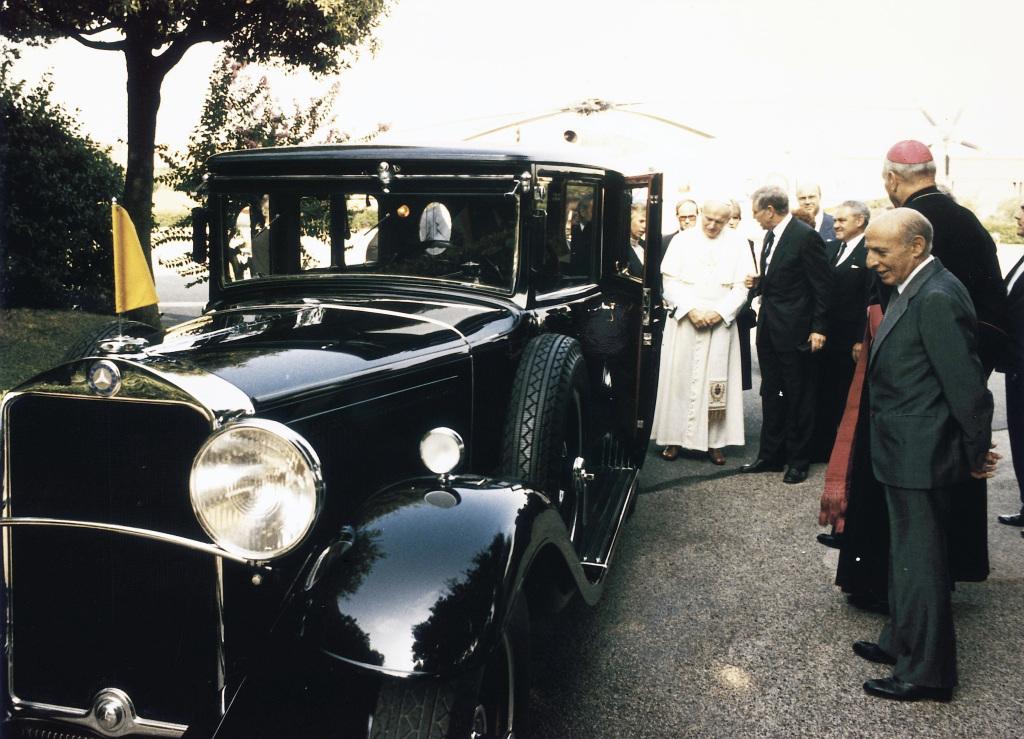 Mit einem Mercedes-Benz Nürburg 460 (W 08) beginnt 1930 vor 90 Jahren die Geschichte der Papstwagen von Mercedes-Benz. Das ursprünglich an Papst Pius XI. ausgelieferte Fahrzeug wird nach einer aufwendigen Restauration durch Mercedes-Benz im Jahr 1984 erneut an den Vatikan und den amtierenden Papst Johannes Paul II. übergeben.
