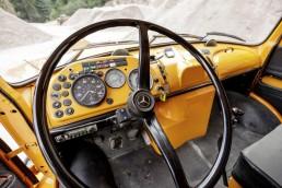 Die Brüstung des Kurzhaubers Mercedes-Benz LAK 1624, Baujahr 1971, ist in Wagenfarbe lackiert, Schalter und Anzeigen des schweren Kippers heben sich davon deutlich ab.