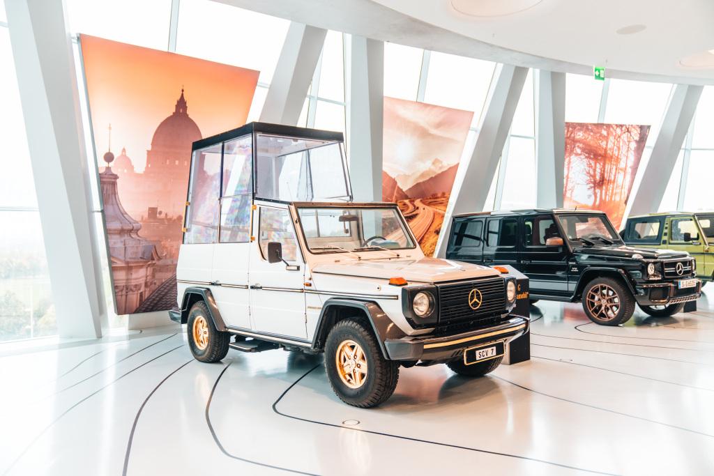 """Mercedes-Benz 230 G """"Papamobil"""" in der Sonderausstellung """"G-Schichten"""" des Mercedes-Benz Museums zum Jubiläum 40 Jahre G-Klasse."""