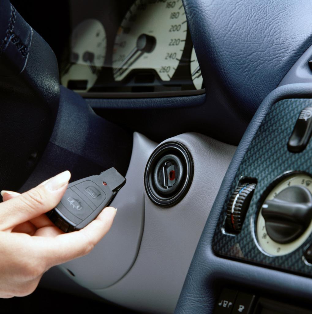 Noch in traditioneller Form: Der Schlüssel des Mercedes-Benz CLK (Baureihe 208) enthält beispielsweise bereits umfassende Elektronikfunktionen für Authentifizierung und Fernbedienung. (Quelle: Daimler AG)