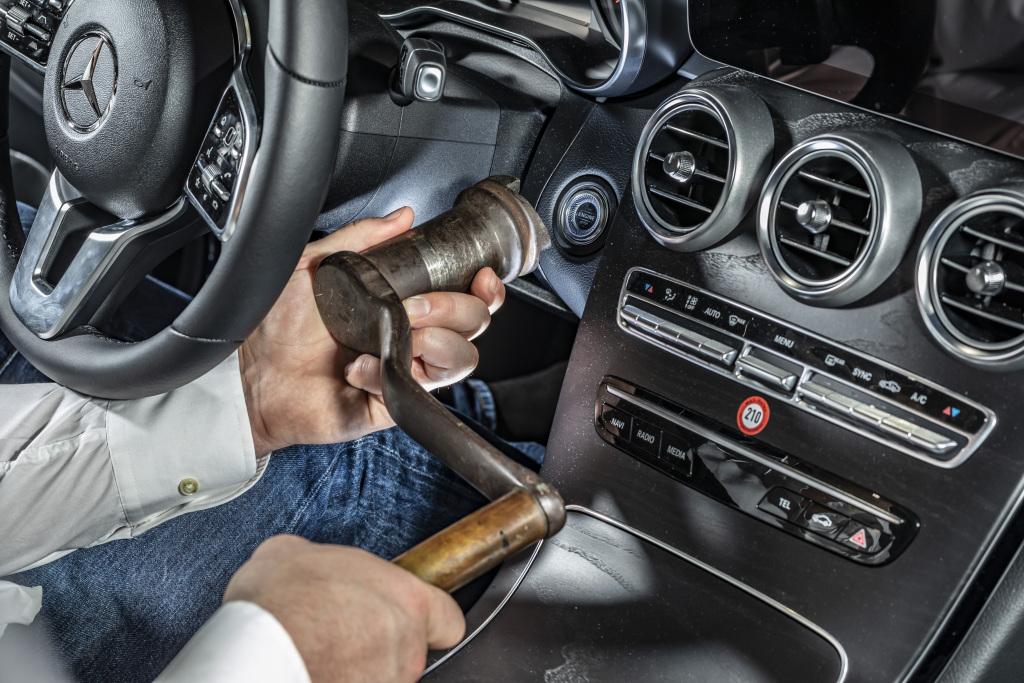 """Die Anlasskurbel auf Abwegen: Für das Starten des Motors genügt heute ein sanfter Schalterdruck. Sie ist eines von """"33 Extras"""" im Mercedes-Benz Museum. (Quelle: Daimler AG)"""