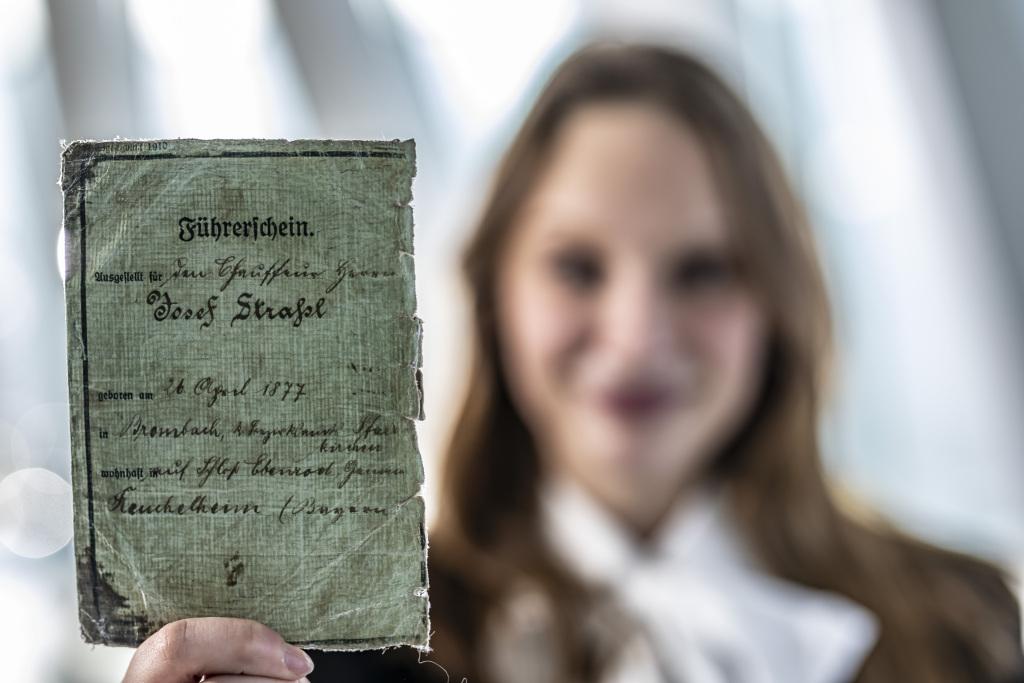 """Den Führerschein, bitte: Seit 1909 gibt es in Deutschland den Führerschein. Zu den """"33 Extras"""" im Mercedes-Benz Museum gehört die Fahrerlaubnis des Chauffeurs Josef Strassl. Sie wird ein Jahr später ausgestellt, nämlich 1910. (Quelle: Daimler AG)"""