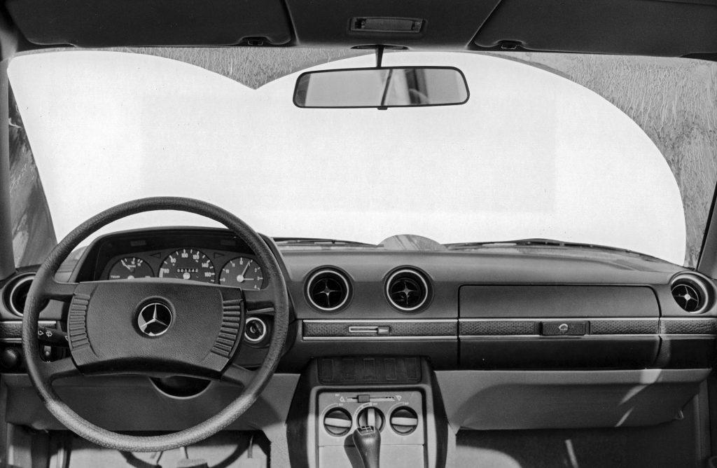 Mercedes-Benz Baureihe 123, Wischvorgang mithilfe der Scheibenwischer. Das für den Fahrer größtmögliche Sichtfeld wird abgedeckt.