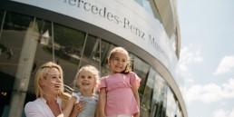 Das Mercedes-Benz Museum öffnet ab 1. September 2020 wieder ganz regulär an sechs Tagen pro Woche: Dienstag bis Sonntag von 9 bis 18 Uhr. Auch in den beiden letzten Ferienwochen von Baden-Württemberg ist das Museum ein attraktives Ziel für Familien.