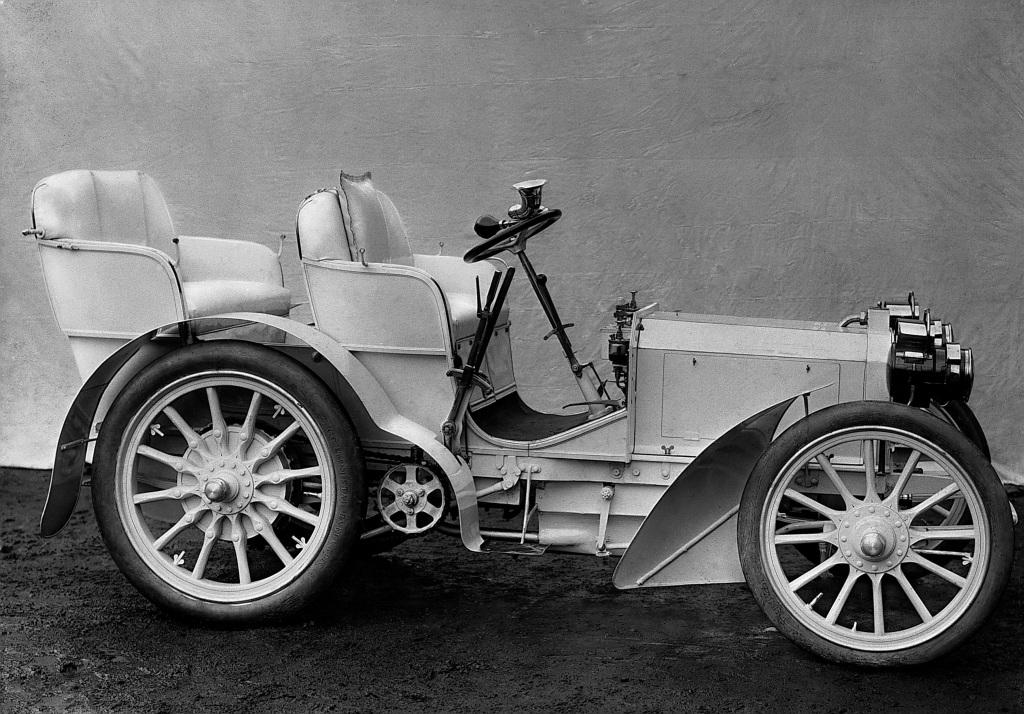 Am 22. Dezember 1900 liefert die Daimler-Motoren-Gesellschaft den ersten Mercedes 35 PS an Emil Jellinek aus. Das innovative Fahrzeug etabliert erstmals eine eigenständige Form des Automobils und gilt noch heute als Meisterstück technischer Raffinesse. Charakteristische Merkmale sind unter anderem der tief im Rahmen eingebaute Motor, die schräg eingebaute Lenksäule und der organisch in die Front integrierte Kühler, der als Bienenwabenkühler zum markenprägenden Erkennungszeichen wird. Wegweisend ist auch der Standardantrieb mit vorn liegendem Motor und Antrieb auf die Hinterräder.