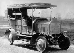 Erster Allrad-Personenwagen der Welt: 1907 baute die Daimler-Motoren-Gesellschaft dieses Fahrzeug. Es wurde von 1908 an in der Kolonie Deutsch-Südwest-Afrika eingesetzt, dem heutigen Namibia.