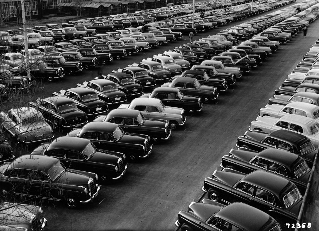 """Im Werk Sindelfingen stehen die ersten 563 Fahrzeuge der neuen """"Ponton-Modelle"""" 190 (W 121), 219 (W 105) und 220 S (W 180) bereit. Am 4. Mai 1956 starten sie zu einer Sternfahrt zu den Mercedes-Benz Niederlassungen und Vertretungen, wo sie einen Tag später der Öffentlichkeit präsentiert werden."""