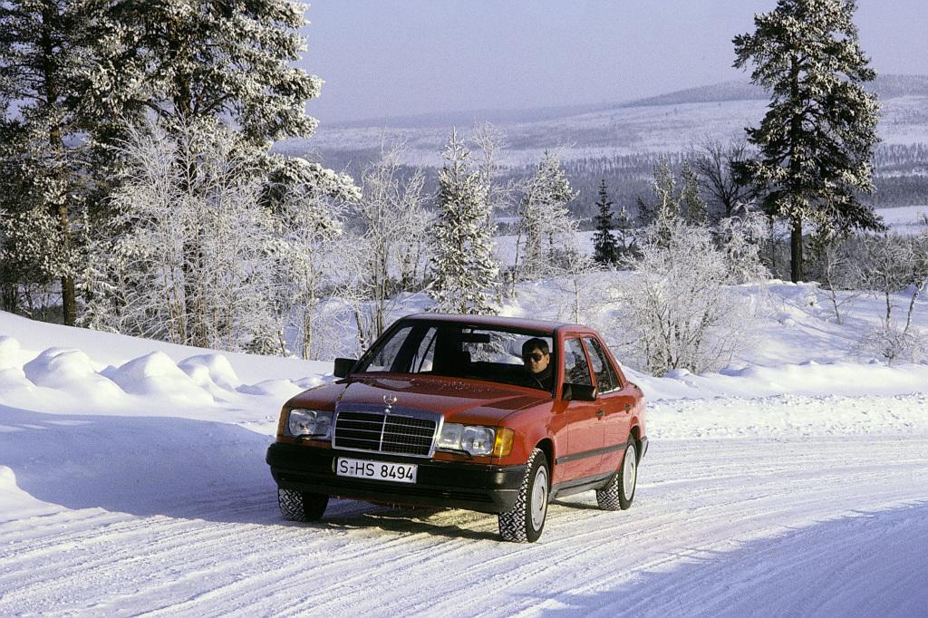 In der Mercedes-Benz Baureihe 124 (1985 bis 1995) erlebten die Fahrdynamiksysteme Automatisches Sperrdifferenzial (ASD), Antriebs-Schlupf-Regelung (ASR) und der automatisch schaltende Vierradantrieb 4MATIC ihre Premiere, im September 1985 zunächst auf der IAA in Frankfurt/Main und im Februar 1986 dann in einer Fahrpräsentation.