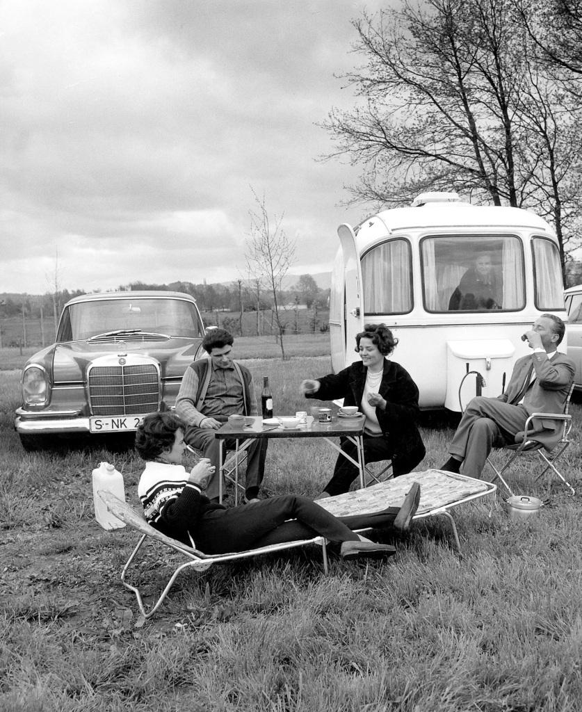 Mercedes-Benz 300 SE (W 112, 1961 bis 1965), Szene beim Camping.