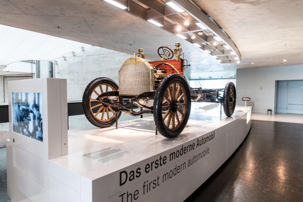 """Mercedes-Benz Museum, Mythosraum 2: Mercedes – Die Geburt der Marke, 1900 bis 1914. Im Jahr 1900 stellt die Daimler-Motoren-Gesellschaft den Mercedes 35 PS vor, das neue Hochleistungsautomobil. Die Werkbank """"Das erste moderne Automobil"""" thematisiert zentrale Merkmale."""