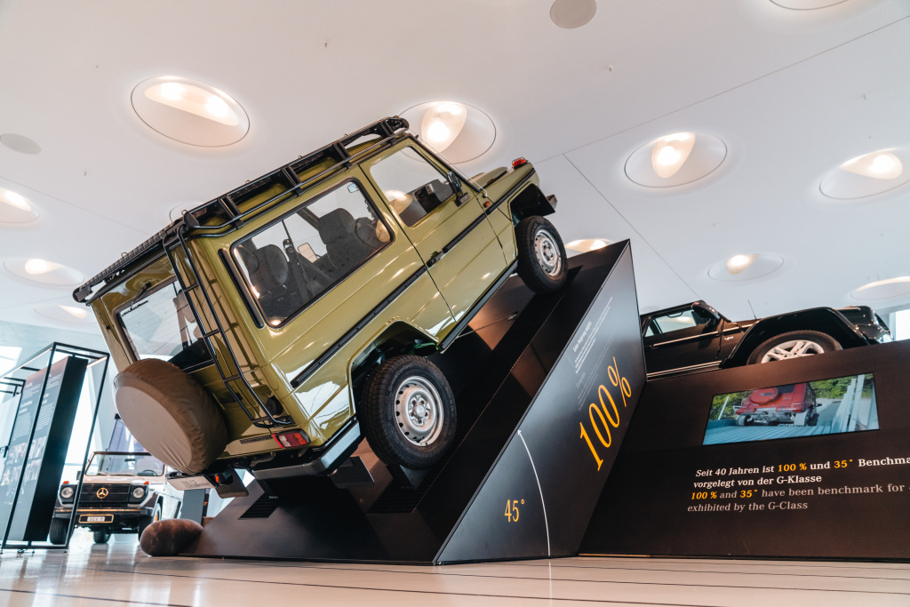 """Mercedes-Benz Museum, Sonderausstellung """"G-Schichten – 40 Jahre G-Klasse"""" vom 19. Oktober 2019 bis 27. September 2020. Eine G-Klasse demonstriert die maximal mit diesem Fahrzeug mögliche Steigung von 100 Prozent, also einen Steigungswinkel von 45 Grad."""