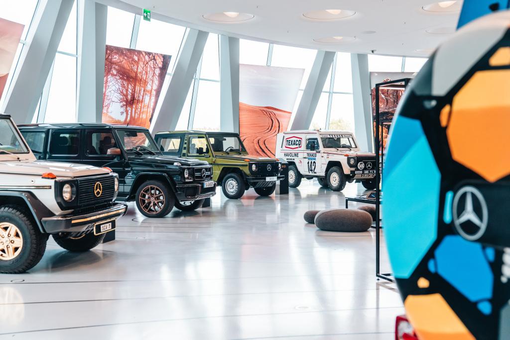 """Mercedes-Benz Museum, Sonderausstellung """"G-Schichten – 40 Jahre G-Klasse"""" vom 19. Oktober 2019 bis 27. September 2020. In der Bildmitte ein 280 GE. Mit einem identischen Fahrzeug gewinnen Jacky Ickx und Claude Brasseur am 20. Januar 1983 die Gesamtwertung der legendären Rallye Paris–Dakar."""