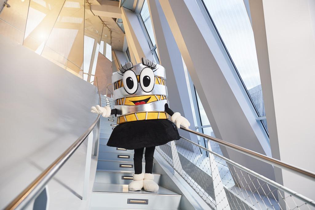 Carlotta, das neue Maskottchen des Mercedes-Benz Museums, nimmt in höchst lebendiger Weise die markante Linienführung der Museumsarchitektur von UNStudio van Berkel & Bos (Amsterdam) auf.