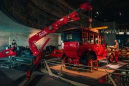 Ausbringung der Mercedes-Simplex 60 PS Reiselimousine von Emil Jellinek aus dem Mercedes-Benz Museum, August 2020. Erstmals ist dabei im Mercedes-Benz Museum ein neuer Minikran (links) eingesetzt worden.