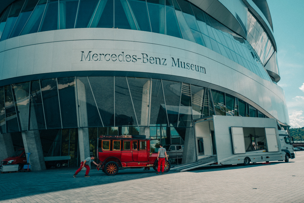 Ausbringung der Mercedes-Simplex 60 PS Reiselimousine von Emil Jellinek aus dem Mercedes-Benz Museum, August 2020. Ein geschlossener Fahrzeugtransporter übernimmt das historisch wertvolle Einzelstück. Er bringt den Mercedes-Simplex 60 PS nach Fellbach ins Mercedes-Benz Classic Center. Damit ist die Ausbringung erfolgreich abgeschlossen.