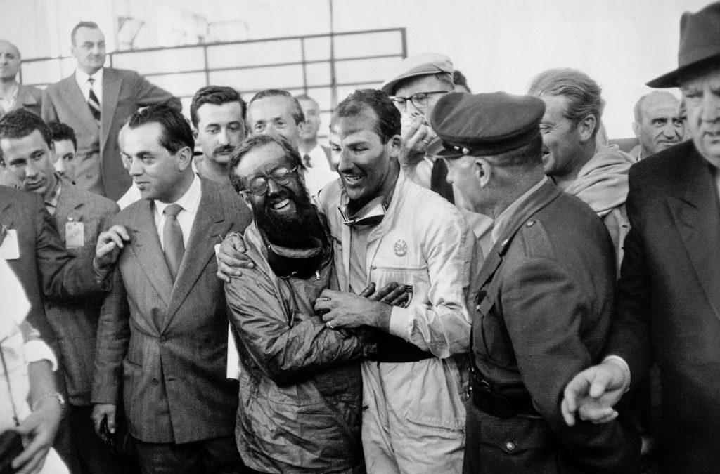 Stirling Moss und Denis Jenkinson, die glücklichen Sieger der Mille Miglia 1955 im Ziel des Straßenrennens.