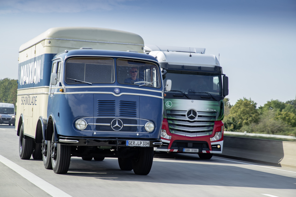 Mercedes-Benz LP 333, (links) und Mercedes-Benz Actros 1848