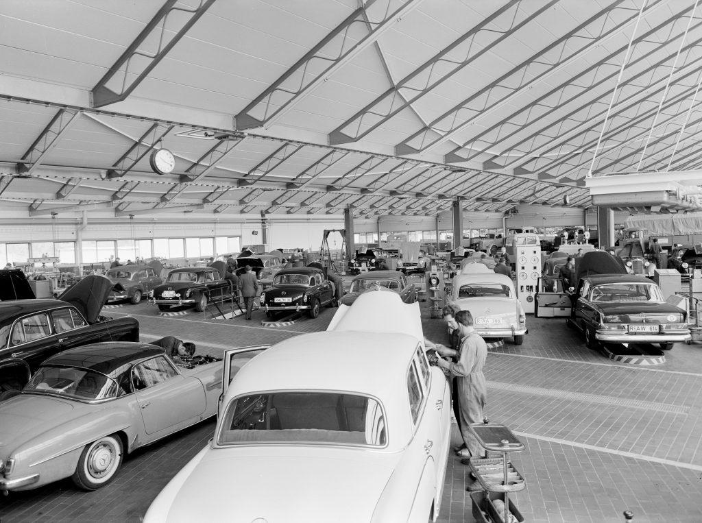 Bequem ist es, die regelmäßige amtliche Hauptuntersuchung in der Autowerkstatt vornehmen zu lassen. Blick in die frühere Mercedes-Benz Niederlassung Regensburg in der Landshuter Straße 122. Foto aus den 1950er-Jahren.