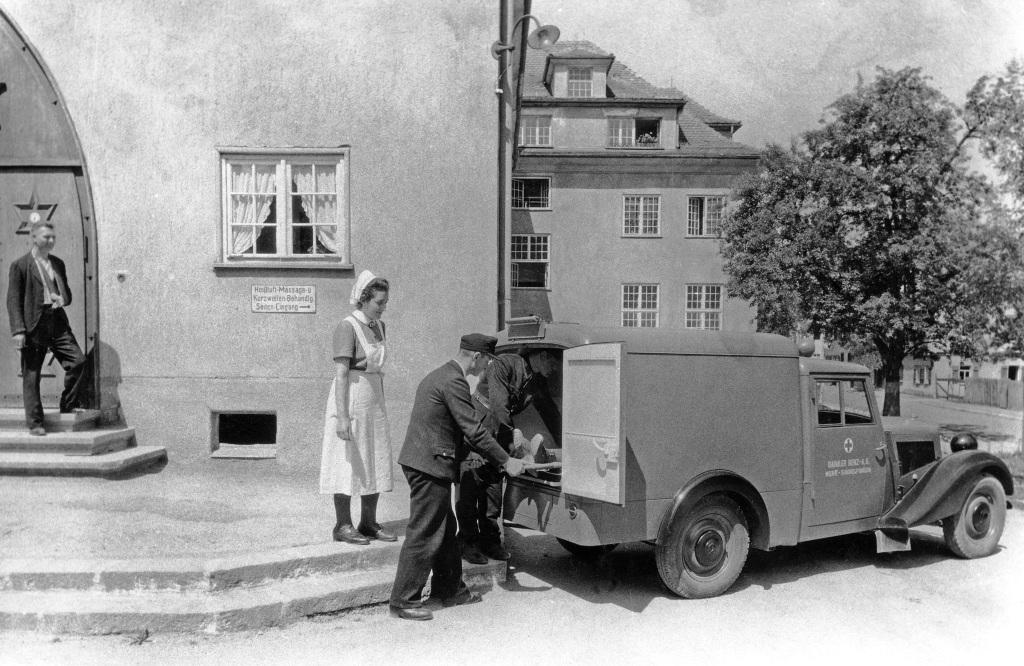 Wiederaufbau nach dem Zweiten Weltkrieg: Im November 1945 erteilt die Wirtschaftsbehörde der US-Besatzungszone der damaligen Daimler-Benz AG die Produktionserlaubnis für Pritschenwagen, Kastenwagen und Krankenwagen auf Basis des Personenwagens 170 V (W 136, ursprünglich 1936 vorgestellt). Im Mai 1946 verlässt das erste Fahrzeug die Endmontage im Werk Sindelfingen. Die Produktion läuft bis 1949. Das Foto zeigt einen Krankenwagen. Fahrzeug der ersten Ausführung mit einfachem Hägele-Fahrerhaus, aber bereits größeren Scheinwerfern. (Fotosignatur der Mercedes-Benz Archive: 1989M4385)