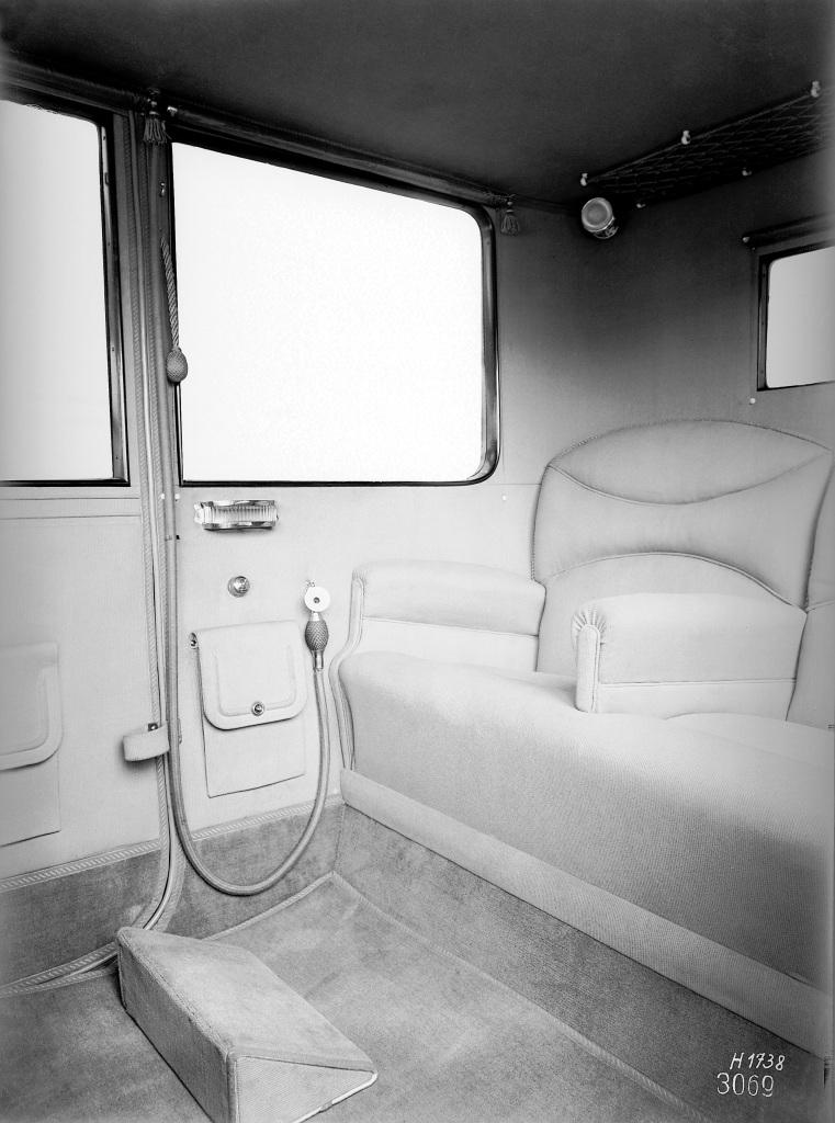 Benz Pullman-Karosserie: Blick in den rechten Fond mit fein längs gemustertem Stoff, gläsernem Aschenbecher und Mikrofon zur Fahrerkommunikation. (Fotosignatur der Mercedes-Benz Archive: H1738)