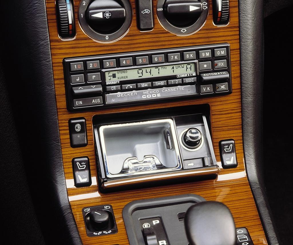 Mercedes-Benz S-Klasse der Baureihe 140. Aschenbecher in der Mittelkonsole. Die Abdeckklappe schwingt nach einem leichten Fingerdruck auf. Foto aus dem Jahr 1990. (Fotosignatur der Mercedes-Benz Archive: A90F1909)