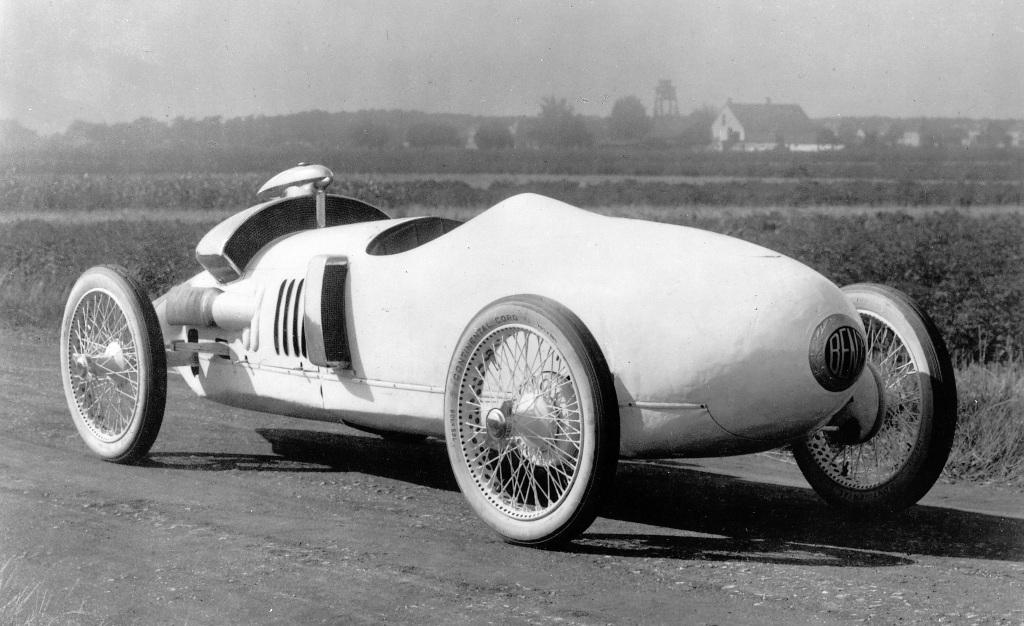 Am Benz Tropfenwagen, einem Rennwagen aus dem Jahr 1923, ist erstmals eine Pendelachse zu sehen.