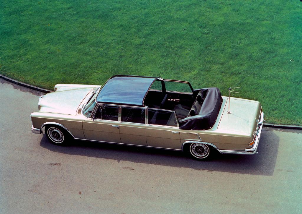 Mercedes-Benz 600 Pullman Landaulet (W 100). Exterieurfoto aus erhöhter Perspektive mit geöffnetem Verdeck. (Fotosignatur der Mercedes-Benz Classic Archive: U90387)