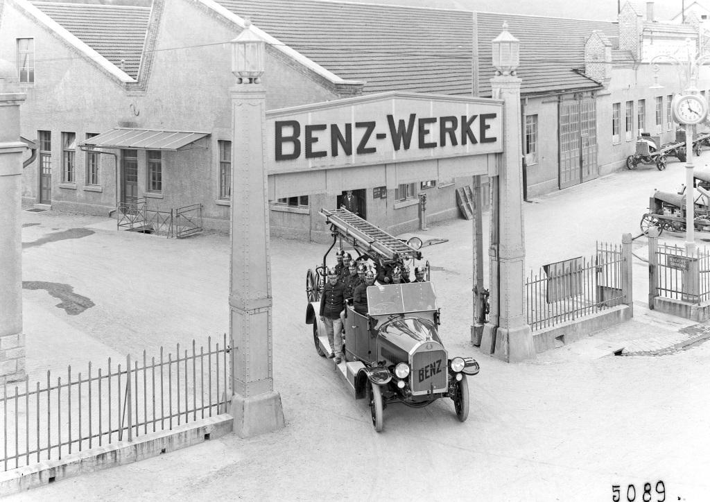 Höhere Nutzlast als der 2 CSN: Ein Benz 3 CSN Feuerwehrmannschaftswagen mit Besatzung verlässt auf einem Foto aus dem Jahr 1922 das Benz-Werk in Gaggenau. (Fotosignatur der Mercedes-Benz Classic Archive: G5089)