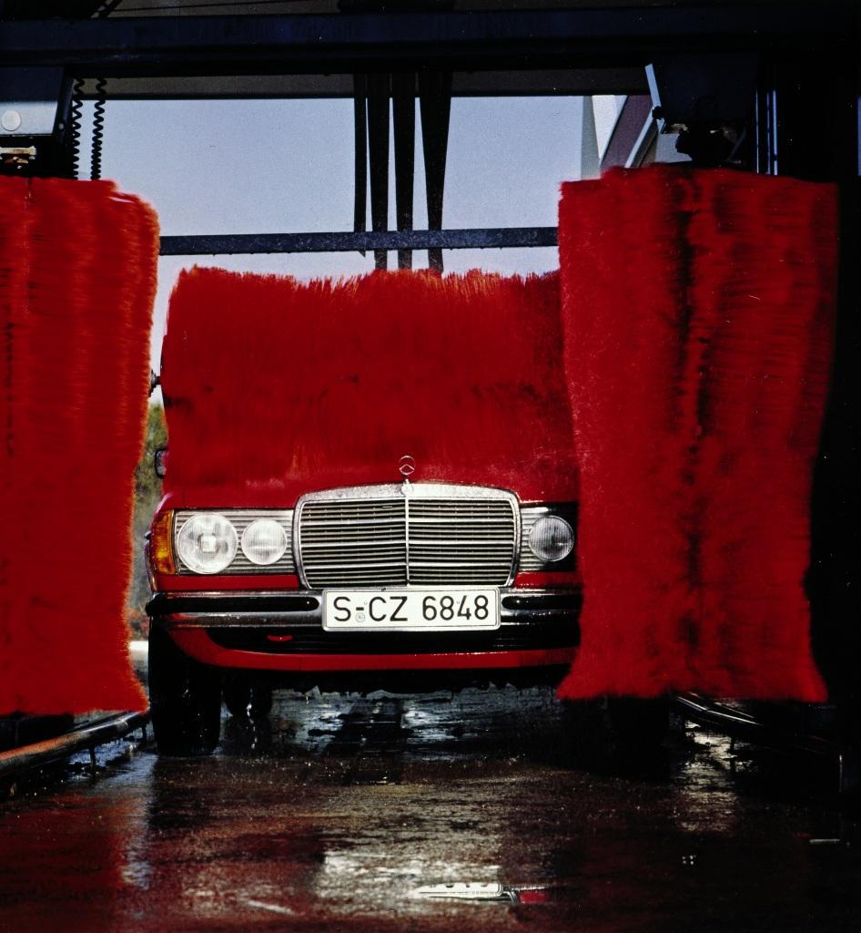 Mercedes-Benz Limousine der Baureihe 123 in einer automatischen Waschanlage. (Fotosignatur der Mercedes-Benz Archive: 00128059)