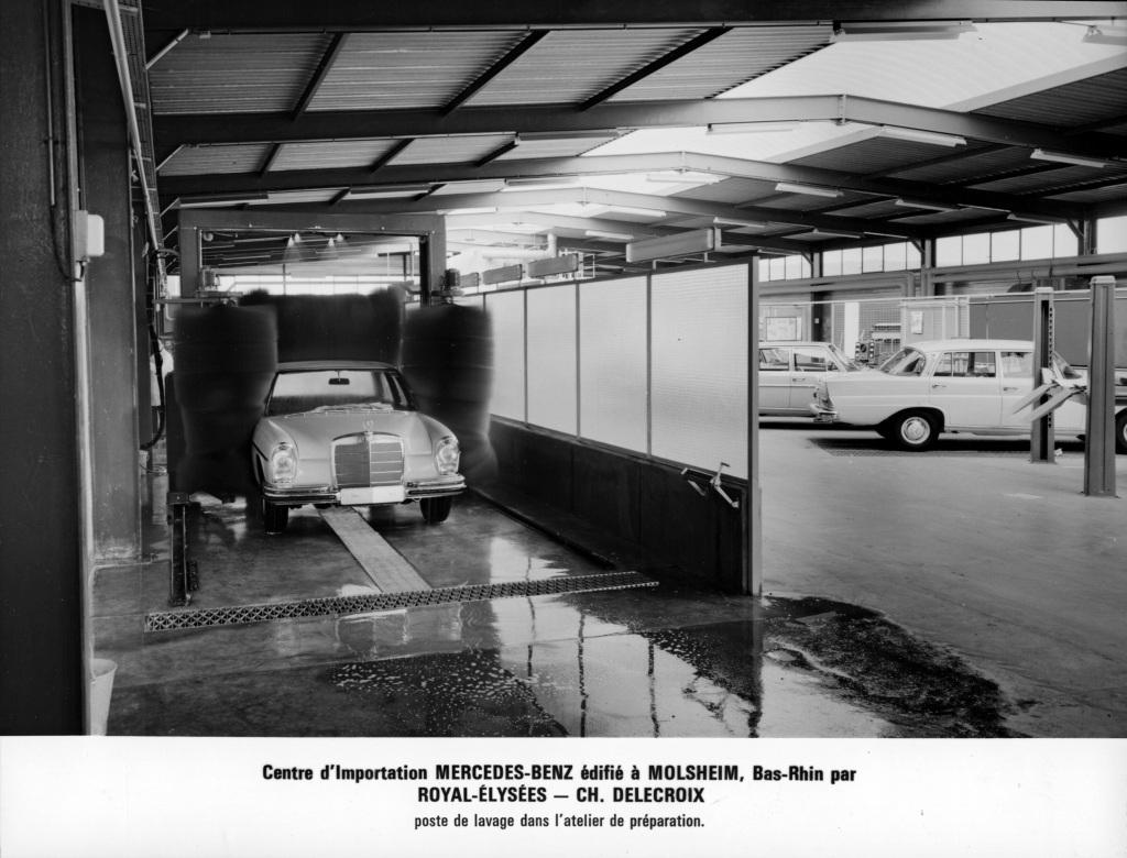 Mercedes-Benz Oberklasse-Limousine der Baureihe W 108/109 in der Waschanlage. Foto aus dem Jahr 1967 aus der Vorbereitungswerkstatt des Mercedes-B enz Importzentrums für Frankreich in Molsheim (Elsass). (Fotosignatur der Mercedes-Benz Archive: 2008DIG30036)