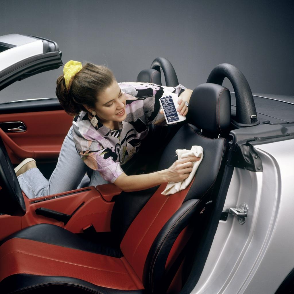 Mercedes-Benz SLK der Baureihe 170. Pflege der Ledersitze mit Mercedes-Benz Lederpflegemittel. Foto aus dem Jahr 1996. (Fotosignatur der Mercedes-Benz Archive: 00026069)
