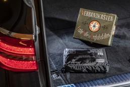 """Der Verbandskasten: In den 1920er-Jahren kommen erste Autoverbandskästen auf, mit denen Verletzungen bei Verkehrsunfällen behandelt werden können. Dieser Verbandskasten in einer Blechschachtel ist eins von """"33 Extras"""" im Mercedes-Benz Museum. Seit 1. Januar 1970 müssen alle in der Bundesrepublik Deutschland neu zugelassenen Automobile mit einem Verbandskasten ausgestattet sein. Moderne Varianten des Erste-Hilfe-Sets sind meist in robusten Textiltaschen verpackt. (Fotosignatur der Mercedes-Benz Classic Archive: D587923)"""