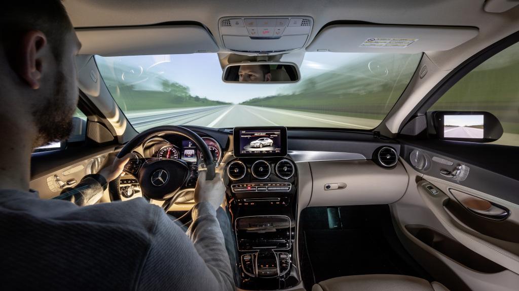 Dank Ein- oder Mehrkanalprojektion und der Sound-Systeme zur Darstellung des Fahrgeräusches wirkt die Verkehrsszenerie dennoch so realitätsnah, dass der Fahrer in die virtuelle Welt eintaucht und sich verhält wie im realen Straßenverkehr.
