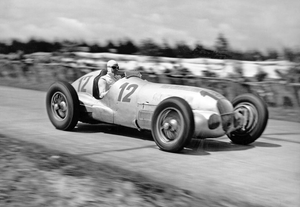 Großer Preis von Deutschland 1937. Der spätere Sieger Rudolf Caracciola im Mercedes-Benz W 125. (Fotosignatur der Mercedes-Benz Classic Archive: R6521)