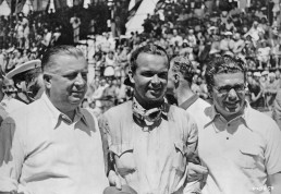 Coppa Acerbo bei Pescara, 14. August 1938. Personen von links: Rennleiter Alfred Neubauer, Rudolf Caracciola und Rudolf Uhlenhaut. (Fotosignatur der Mercedes-Benz Classic Archive: U98559)