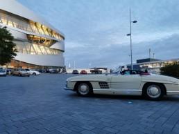 """Mercedes-Benz Museum in Stuttgart, """"Cars & Coffee"""" auf dem Freigelände. Foto vom Juli 2020. (Fotosignatur der Mercedes-Benz Archive: D692185)"""