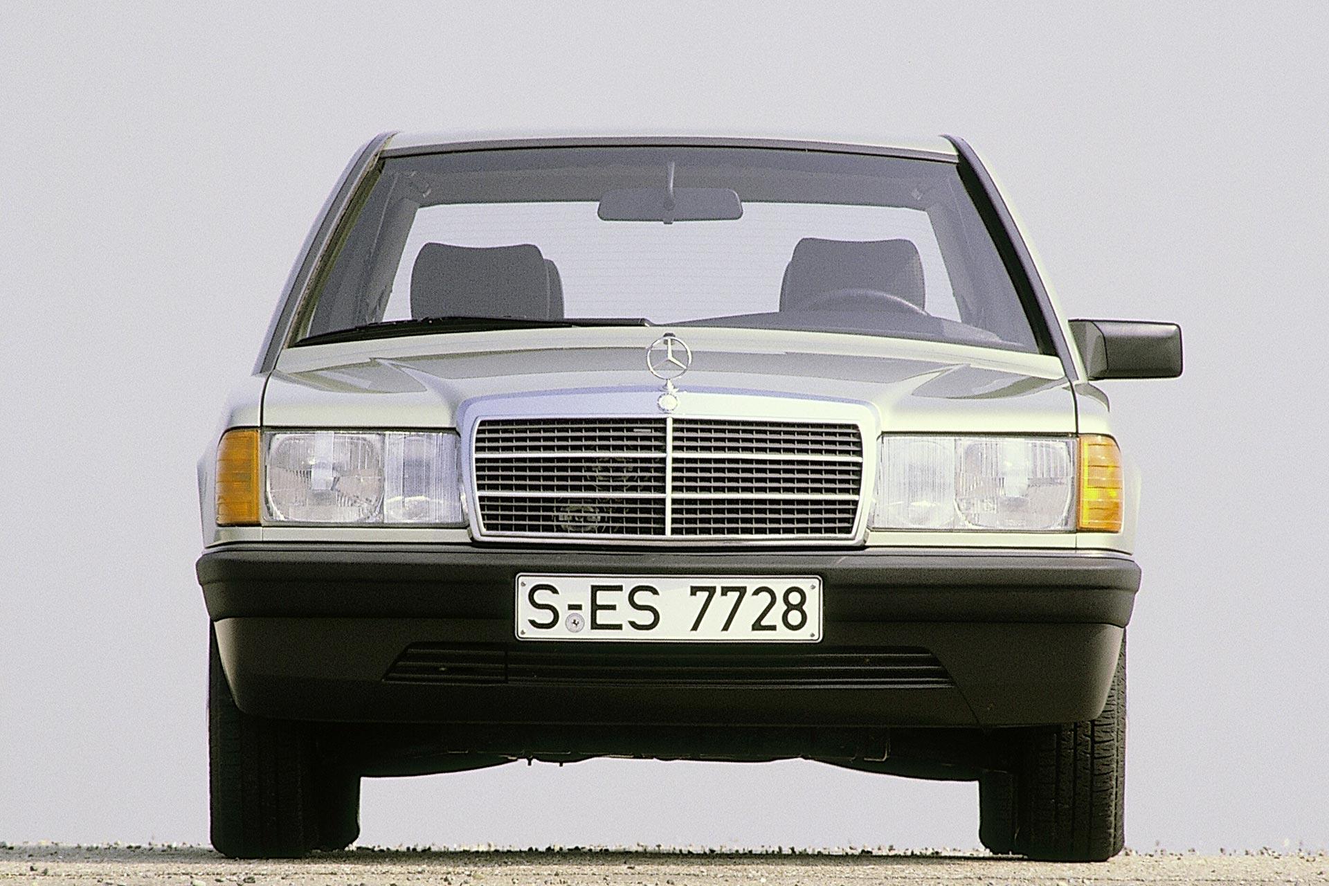 Mercedes-Benz Kompaktklasse Limousine der Baureihe W 201 (Produktionszeitraum 1982 bis 1993). Exterieurfoto von vorn.