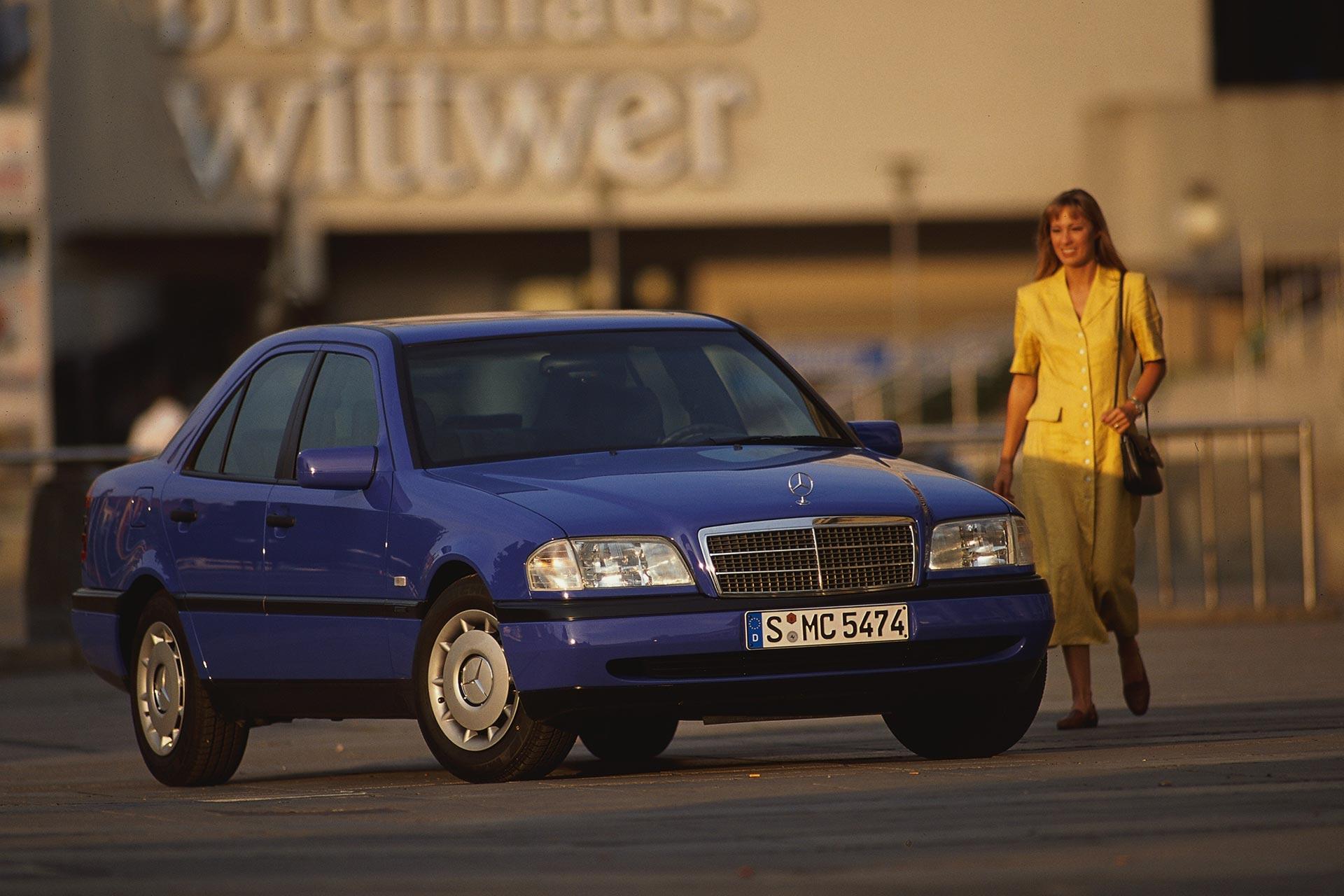 Mercedes-Benz C 250 Turbodiesel Limousine der Baureihe 202 (Produktionszeitraum 1995 bis 2000). Genrefoto von rechts vorn.