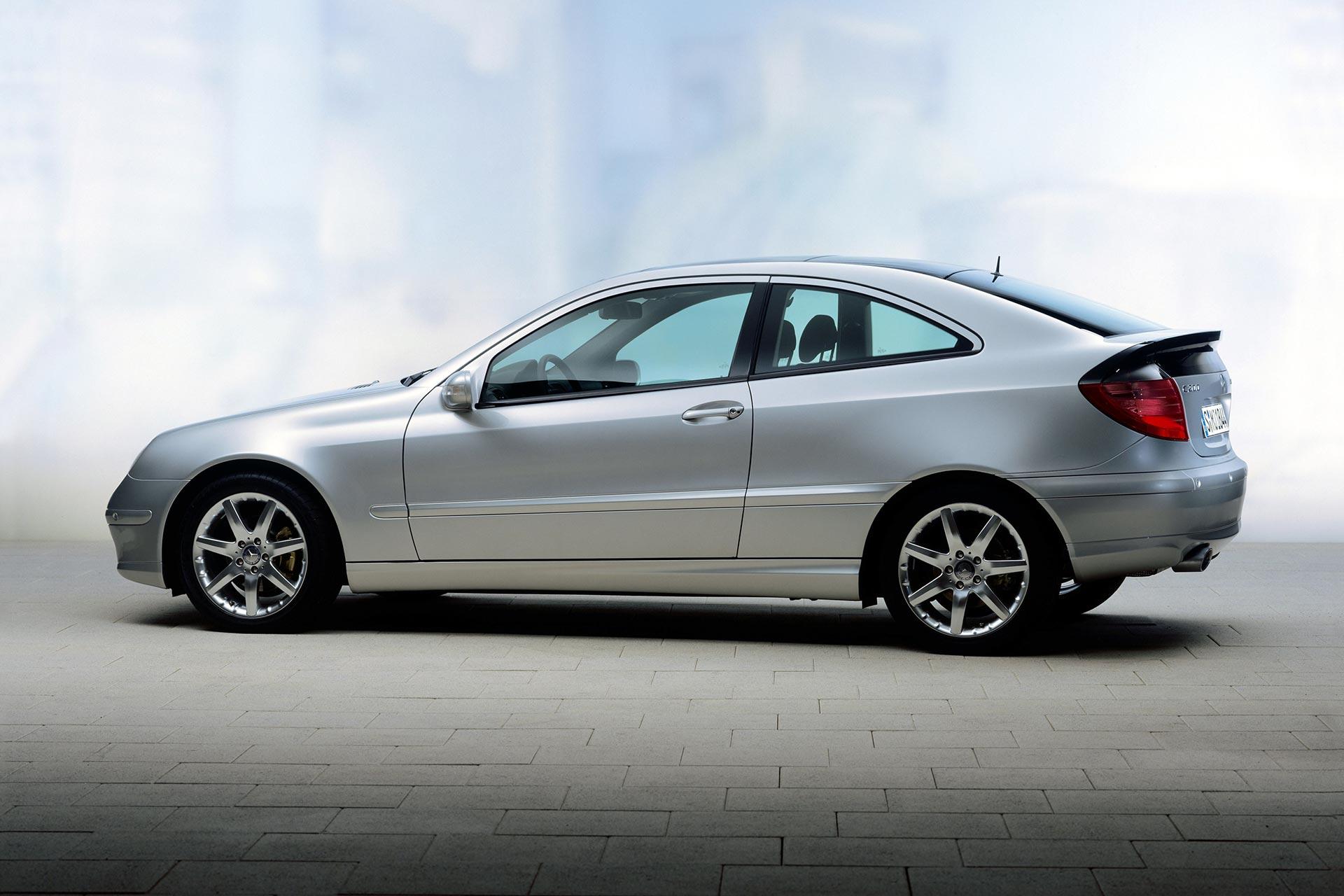 Mercedes-Benz C-Klasse Sportcoupé der Baureihe 203 (Produktionszeitraum 2000 bis 2011 – ab 2008 als CLC). Studioaufnahme von links.