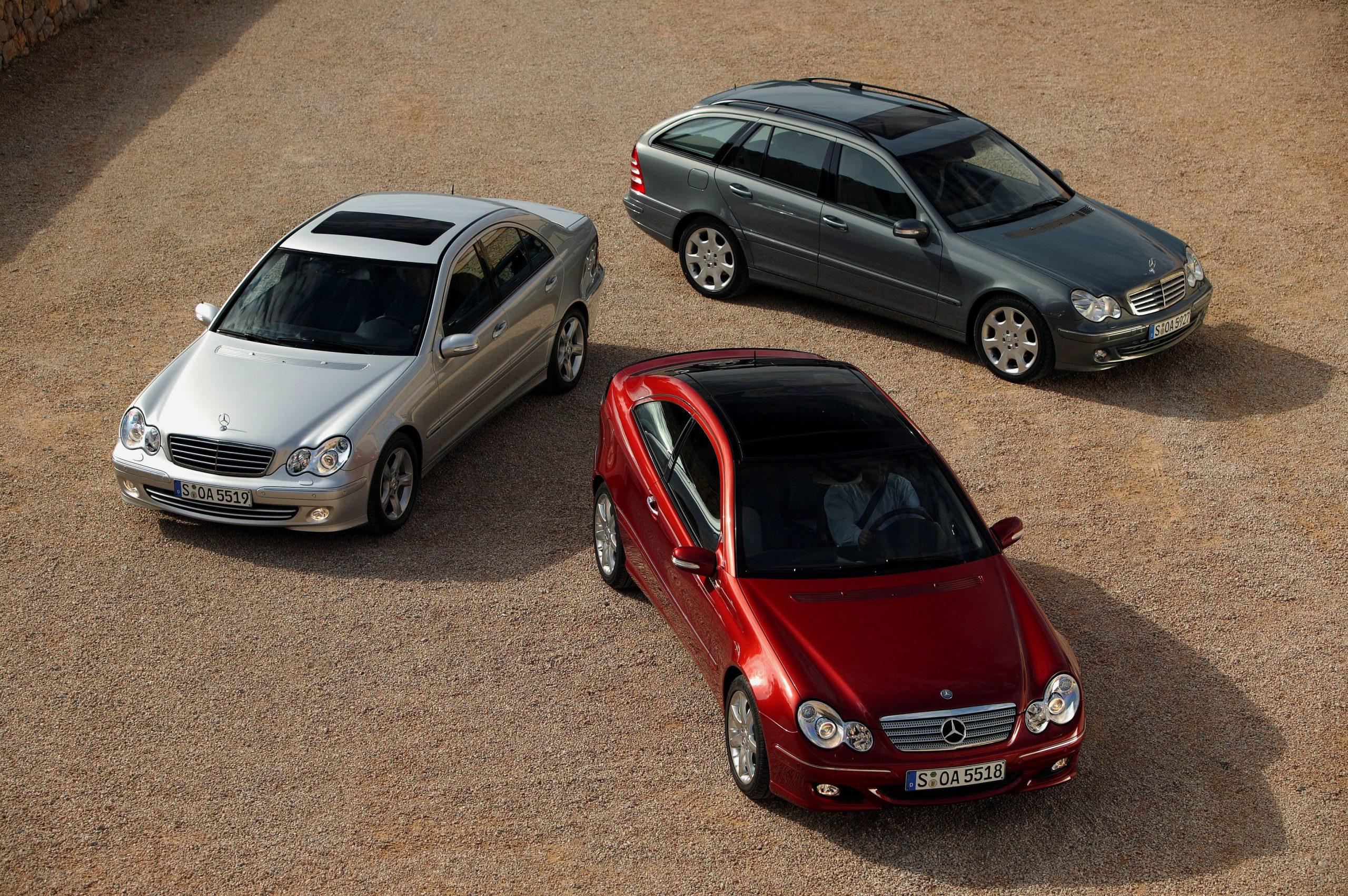 Mercedes-Benz C-Klasse der Baureihe 203. Exterieurfoto von Limousine (Produktionszeitraum 2000 bis 2007), Sportcoupé (Produktionszeitraum 2000 bis 2011 – ab 2008 als CLC) und T-Modell (Produktionszeitraum 2001 bis 2007), von links nach rechts, nach der Modellpflege 2004