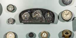 Der Tachometer: Er misst die Geschwindigkeit und stellt diese als Zahlenwert dar. Das Foto aus dem Mercedes-Benz Museum zeigt Instrumenteneinheiten aus mehreren Epochen. Sie sind in der Großvitrine im Raum Collection 2 zu finden.