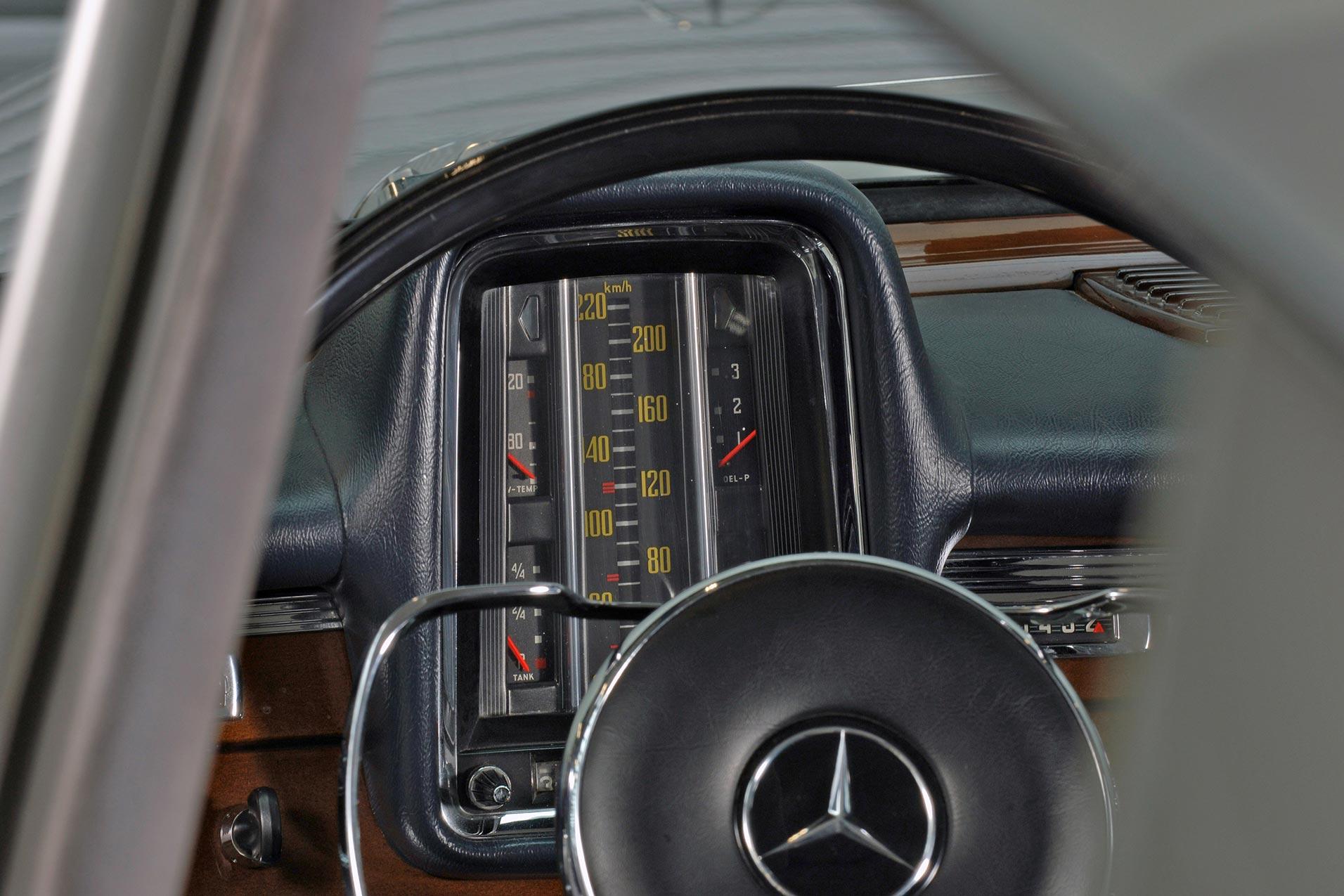 """Mercedes-Benz """"Heckflossen""""-Limousine der Baureihen W 111/W 112 (1959 bis 1965), Anzeigekonzept. Foto eines 300 SE lang, Baujahr 1964, aufgenommen im Jahr 2005."""