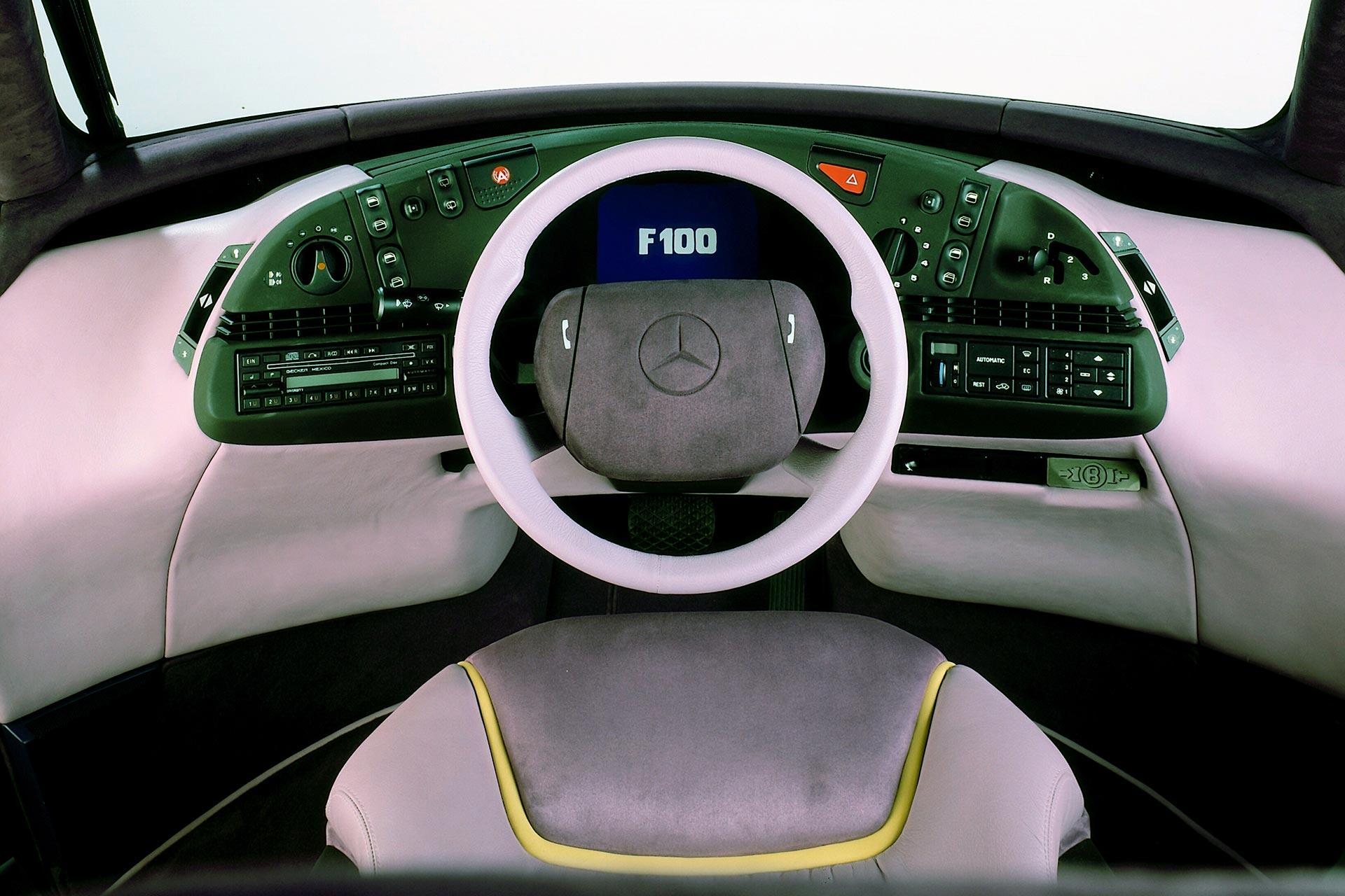 Mercedes-Benz Forschungsfahrzeug F 100 aus dem Jahr 1991. Eine seiner Innovationen: das Zentralinstrument mit Farbbildschirm. Hier erscheinen nicht nur Geschwindigkeits- oder Drehzahlwerte. Der Monitor warnt zum Beispiel auch vor zu geringem Reifenluftdruck, vor Ölmangel oder erschöpftem Waschwasservorrat.