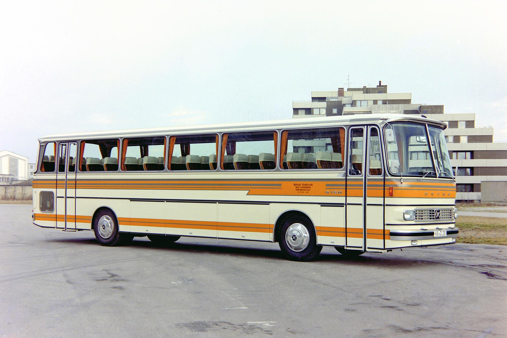"""""""Das Flaggschiff der Baureihe"""" Der Setra S 150 war das einstige Spitzenmodell der Baureihe 100. Dieser Bus bestach nicht nur durch sein für die damalige Zeit bahnbrechendes Styling, sondern wies auch viele konstruktive Neuerungen und Merkmale auf."""