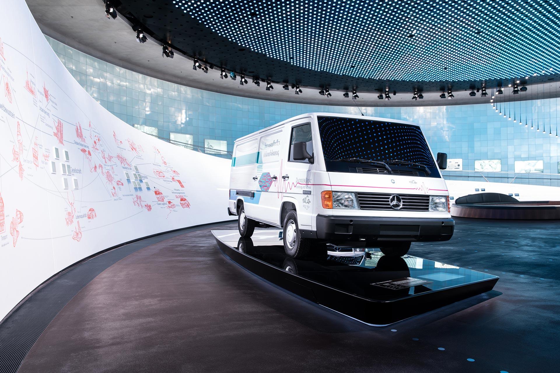 """Mercedes-Benz NECAR 1, 1994. Das """"New Electric Car"""" ist das erste Brennstoffzellenfahrzeug, das unter Alltagsbedingungen funktioniert. Der Antrieb nimmt noch den kompletten Laderaum des Transporters MB 100 ein. Foto aus dem Mercedes-Benz Museum, Stuttgart."""